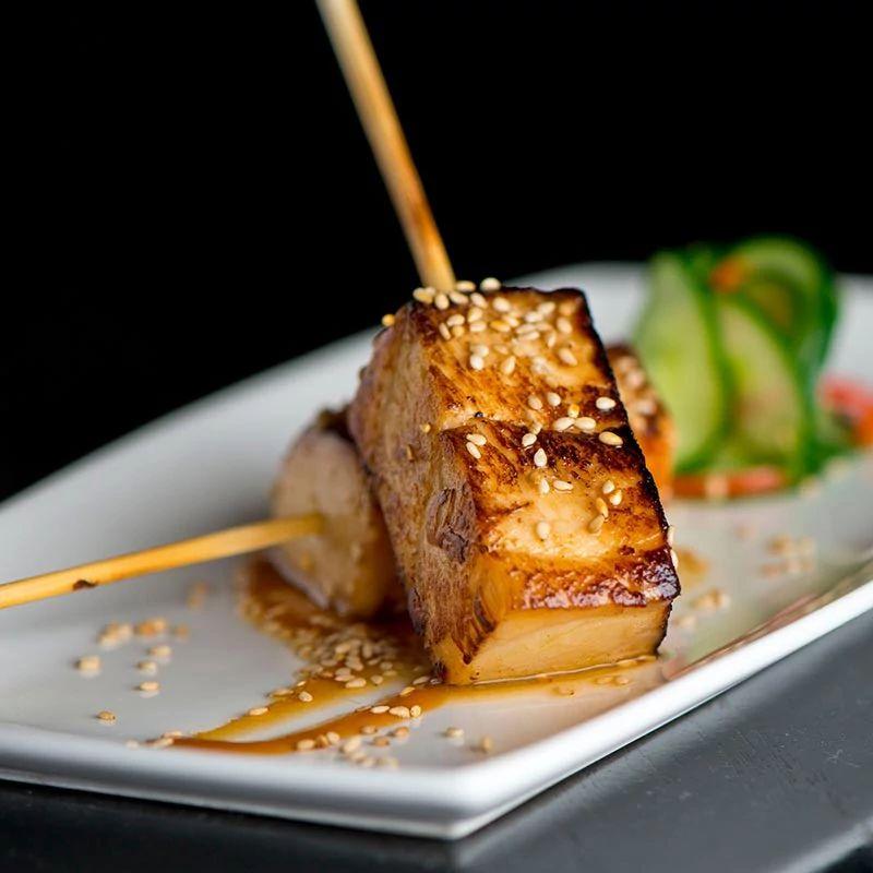 Tofu marinato alla griglia con verdure e mix di spezie