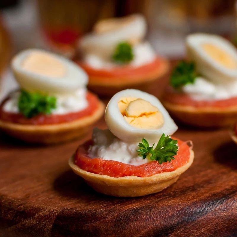 Mini cestini di Pasqua con salsa di barbabietola e uova di quaglia
